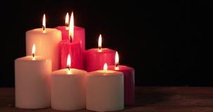 O vermelho e o White Christmas candles queimaduras na tabela vídeos de arquivo