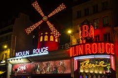O vermelho famoso de Moulin em Paris Fotos de Stock