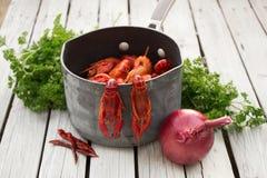 O vermelho ferveu lagostins com cebola e salsa no fundo de madeira branco Estilo rústico Marisco Lagostas cozinhadas imagens de stock royalty free