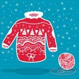 O vermelho fez malha a camiseta do Natal e uma bola do fio Fotos de Stock