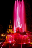 O vermelho iluminou a fonte na plaza Opera em Timisoara 4 Foto de Stock