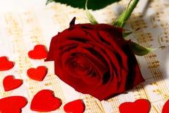 O vermelho levantou-se com corações pequenos Fotos de Stock