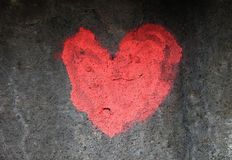 O vermelho ouve-se pintado na parede velha, Lituânia fotos de stock royalty free
