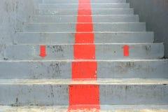 O vermelho para cima e para baixo na obscuridade - fase cinzenta, seta vermelha Imagens de Stock Royalty Free