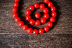 O vermelho perla a noiva no salão de baile Imagem de Stock Royalty Free