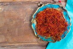 O vermelho real secou a especiaria do açafrão, ingrediente saboroso para muitos pratos Fotos de Stock