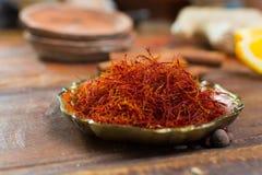 O vermelho real secou a especiaria do açafrão, ingrediente saboroso para muitos pratos Imagem de Stock Royalty Free