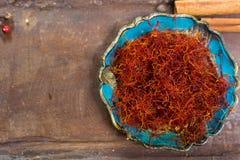 O vermelho real secou a especiaria do açafrão, ingrediente saboroso para muitos pratos Fotografia de Stock Royalty Free