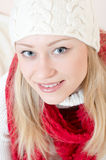 O vermelho vestindo da mulher consideravelmente feliz fez malha o lenço e as luvas Fotografia de Stock