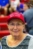 O vermelho vestindo da mulher faz a América o grande outra vez chapéu Fotografia de Stock