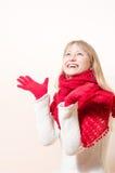 O vermelho vestindo de sorriso consideravelmente feliz da mulher loura fez malha o lenço e as luvas Imagem de Stock Royalty Free