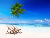 O verão tropical da praia das cadeiras de plataforma relaxa o conceito das férias Imagem de Stock Royalty Free