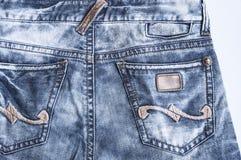 O verso da textura com bolso, close-up de calças de ganga da sarja de Nimes fotografia de stock