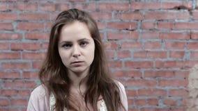 O verso da volta da moça à câmera e descreve a cara irritada carcaça Actriz video estoque
