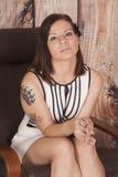 O vestido branco da mulher senta a tatuagem da garra séria imagens de stock royalty free
