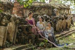 O vestido das mulheres no palácio no período adiantado de Ayutthaya, estas meninas está sorrindo fotografia de stock