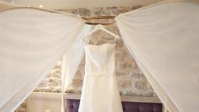 O vestido de casamento da noiva pendura sobre a cama Coleções o filme