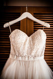 O vestido de casamento, pendurando e apronta-se Foto de Stock