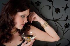 O vestido de noite da mulher do partido de cocktail aprecia a bebida Fotos de Stock