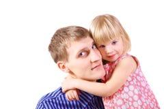 O vestido desgastando da menina está abraçando seu pai. Fotografia de Stock