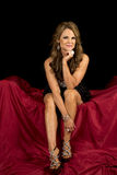 O vestido maduro da mulher senta-se na vista preta vermelha imagens de stock royalty free