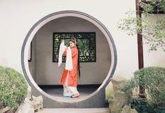 O vestido tradicional do jogo do drama de China do jardim chinês oriental do pavilhão dos trajes de Opera de Pequim de Peking da  fotografia de stock