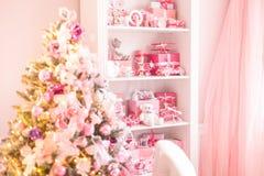 O vestuário das crianças com lotes dos brinquedos e da árvore de Natal Foco seletivo fotos de stock royalty free