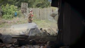 O veterano da grandes guerra e segunda guerra mundial patrióticas no uniforme com muitos crachás e ordens passa por uma casa de m filme