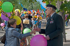O veterano da segunda guerra mundial recebe felicitações da mulher na demonstração do primeiro de maio em Volgograd Imagens de Stock
