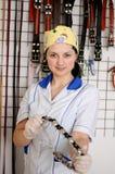 O veterinário da mulher escolhe o colar e a trela fotos de stock royalty free