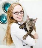 O veterinário feliz abraça o gato Foto de Stock Royalty Free