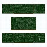 O vetor ajustou-se com os quadros-negros da escola com cálculos matemáticos escritos à mão Fotos de Stock