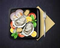 O vetor do prato com ostras, mexilhões e camarões serviu o limão e a manjericão na placa preta quadrada com forquilha, vista supe ilustração do vetor