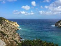O vew bonito do mar e das rochas sobre o horizonte em Cala Llonga late, mim imagens de stock