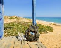 O viajante Backpacking em uma praia descansa a ilha de Tavira, o Algarve portugal imagens de stock