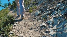 O viajante da menina está em um trajeto empoeirado nas montanhas video estoque