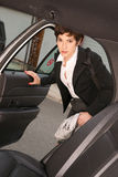 O viajante determinado atrativo da mulher de negócio entra no táxi de táxi Fotos de Stock