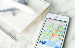 O viajante está aplanando seu curso das férias usando o mapa de Google imagens de stock royalty free