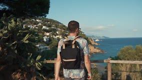 O viajante está pisando para cercar com vista em seascape surpreendente do tiro superior, traseiro vídeos de arquivo