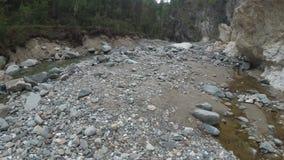 O viajante explora um rio da montanha na câmera da ação filme