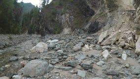 O viajante explora um rio da montanha na câmera da ação video estoque