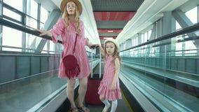 O viajante fêmea atrativo novo aumenta na escada rolante no aeroporto video estoque