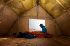 O viajante, mulher descansa na cabana velha da montanha imagem de stock