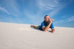 O viajante perdeu nas bebidas do deserto avidamente Foto de Stock Royalty Free