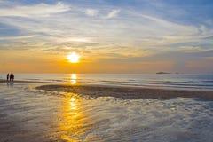 O viajante relaxa o nascer do sol Foto de Stock Royalty Free