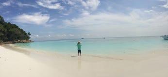 O viajante toma a foto na praia Fotos de Stock Royalty Free