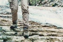 O viajante vai abaixo da montanha rochosa Imagem de Stock