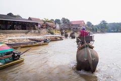 o viajante vem vila do tribo do monte da visita Imagens de Stock