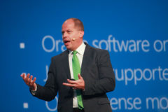 O vice-presidente Brad Anderson de Microsoft faz o discurso na conferência de Oracle OpenWorld Foto de Stock