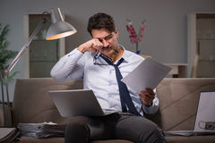 O viciado em trabalho do homem de negócios que trabalha tarde em casa Fotografia de Stock Royalty Free